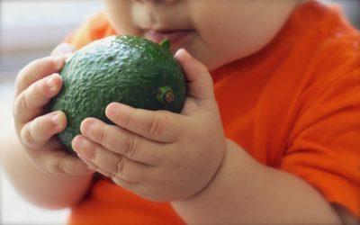 Малыш держит фрукт