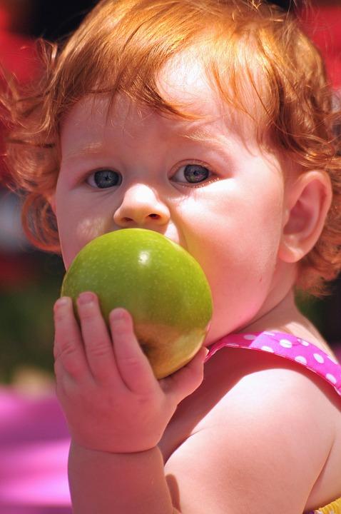 Со скольки месяцев можно яблоко ребенку: как давать первый прикорм